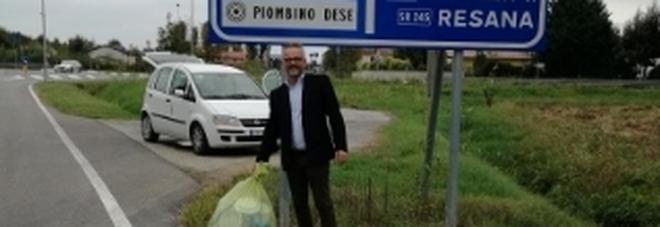 Lancia il sacchetto dei rifiuti dall'auto, il sindaco glielo riporta a casa