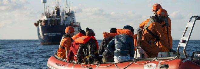 Migranti, Conte: «Nessuno sbarco? Limite a rigore, manderò un aereo». Ira Salvini: «Stop a Ong, non mollo»