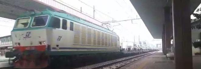 Gioco folle, si stende sui binari all'arrivo del treno merci alla stazione di Montesilvano