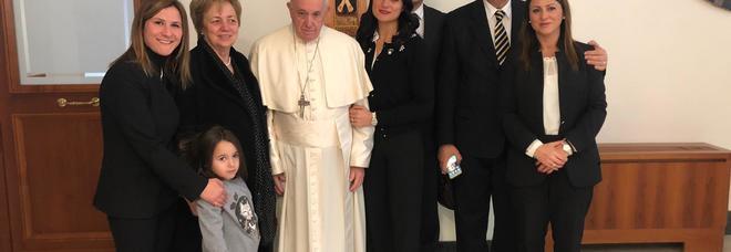 Perse due figli in incidenti stradali: il Papa la chiama