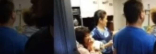 Bomboletta di spray al peperoncino esplode sull'aereo: passeggeri intossicati, è panico a bordo