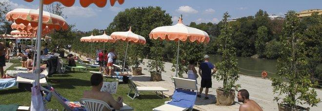 Roma, spiaggia sul Tevere senza pace: accordo con i rom per aprire
