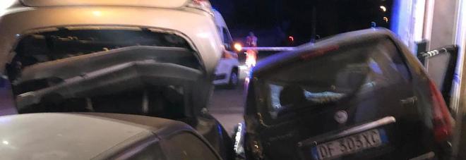 Schianto nel cuore della notte: ubriaco travolge due auto