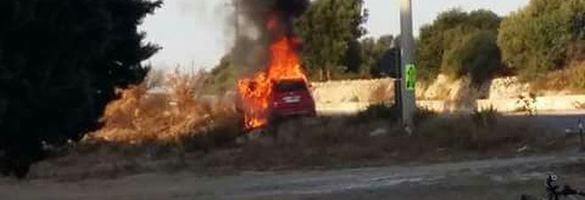Giallo sulla litoranea: auto si schianta e prende fuoco, nessuna traccia del conducente