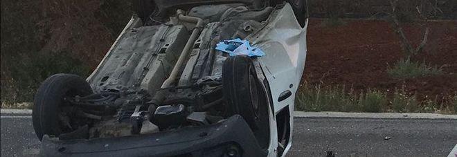L'auto viene travolta e si ribalta: paura all'incrocio