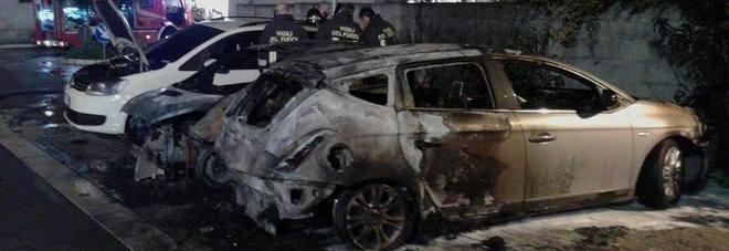 Inferno di fuoco nel Salento: distrutte sette vetture, nel mirino il titolare di un autonoleggio