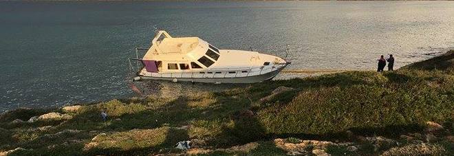 La barca si ribalta, paura per 53 migranti sulla costa jonica
