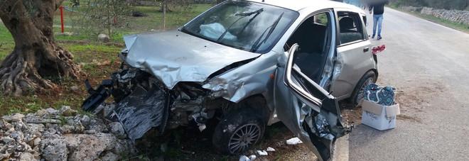Auto contro un muretto a secco: ferita una donna