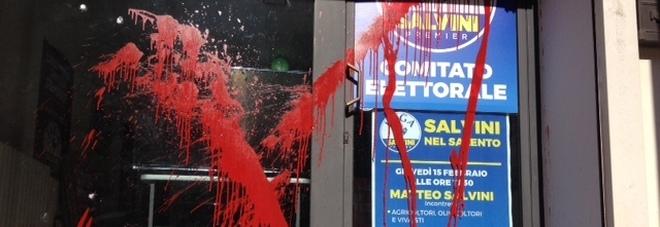 Vernice rossa e sassi contro il comitato elettorale di Salvini alla vigilia della sua presenza in città. E' allarme