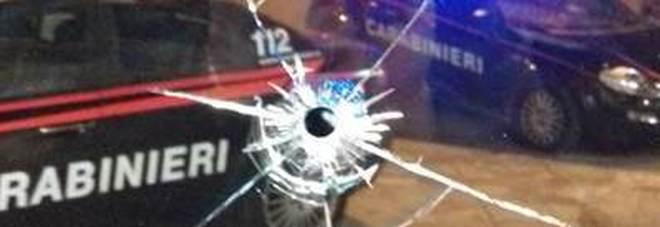 Danni al negozio cinese: il vetro rotto da una biglia
