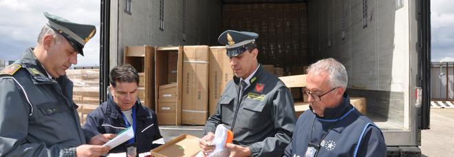 Scarpe con le griffe contraffatte: nel porto di Brindisi maxi sequestro da oltre mezzo milione di euro
