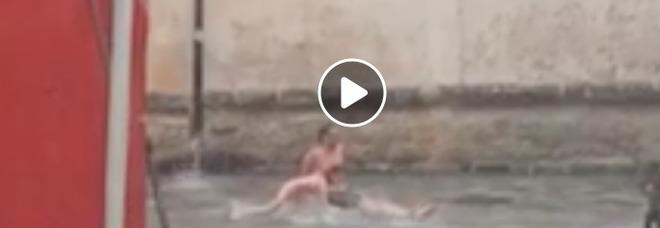 Le strade del centro storico come un fiume: turisti tedeschi fanno il bagno