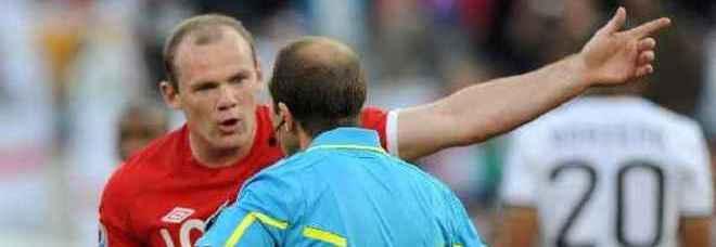 Rooney protesta con l'arbitro Larrionda