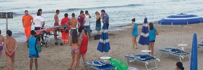 Malore mentre nuota in mare, lo portano a riva e muore in spiaggia
