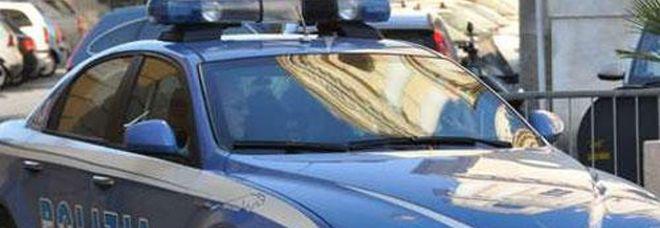 Esce da casa e spara all'impazzata: arrestato dalla polizia, trovata la pistola