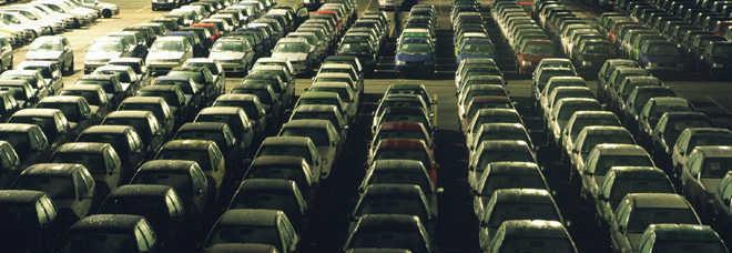 Auto sul piazzale in attesa di un acquirente