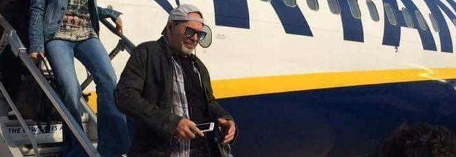 Vasco a Brindisi, volo e atterraggio circondato dai fan