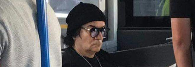 Renato Zero a Fiumicino, come un passeggero qualunque sulla navetta che porta al volo