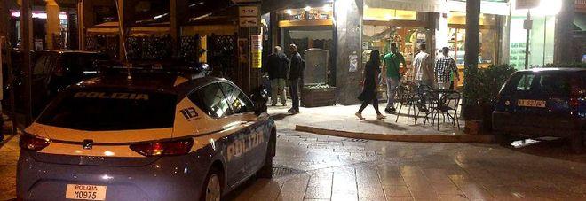 Due banditi armati irrompono in centro: colpo al bar Ausonia