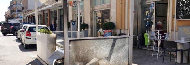 Attentato incendiario: bruciato il gazebo di un bar