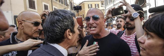 """No Vax protestano a Montecitorio, aggrediti 3 deputati Pd. Renzi: """"Non ci fermiamo"""""""