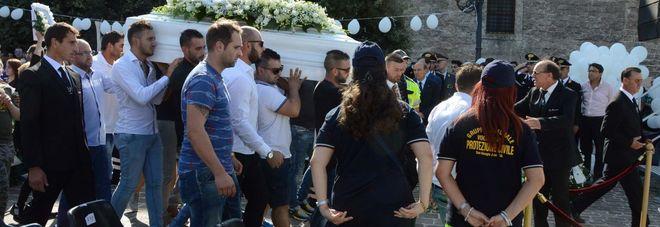 Giacomo, l'ultimo struggente saluto Il vescovo: Taranto non ne può più