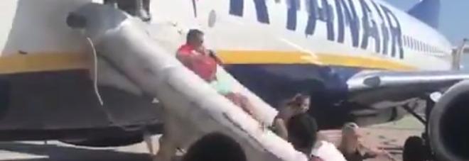 Panico sul volo Ryanair per Ibiza: passeggeri evacuati con lo scivolo d'emergenza Video