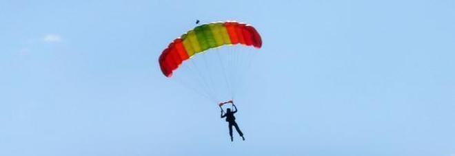 Si lancia dall'aereo, ma il paracadute non si apre e si schianta al suolo: muore 45enne
