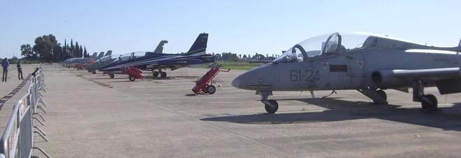 Aeronautica militare, consegnati cinque brevetti di pilota. Il sottosegretario Rossi: «L'Arma azzurra fondamentale nel sistema Difesa»