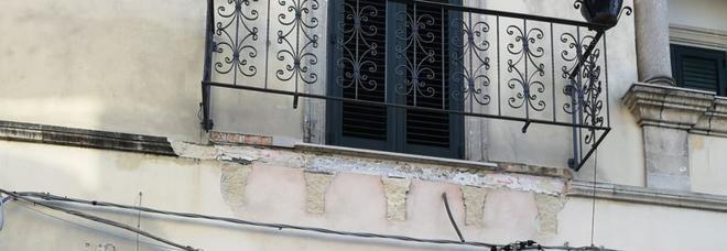 Crolla di colpo un balcone, illese per miracolo due passanti