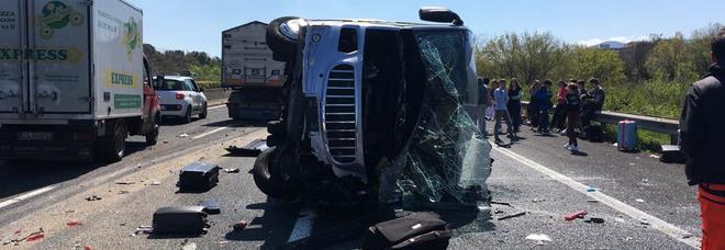 A1, tir contro un minibus di studenti in gita: 6 bimbi feriti, autista indagato