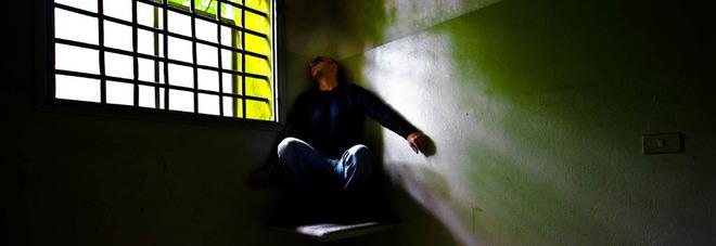 Salvato dall'ex, poi arrestato per stalking: si impicca in cella
