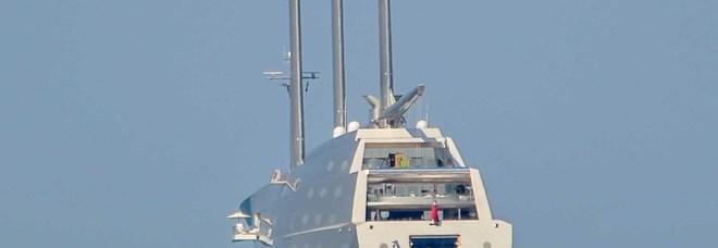 A Ostia appare lo yacht a vela progettato dall'archistar Philippe Starck