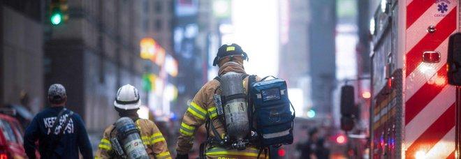 New York, elicottero cade su grattacielo a Manhattan, morto il pilota. Cuomo: non è terrorismo