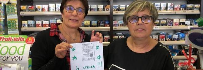 Superenalotto, gioca una schedina da 3 euro ma non si accorge di aver vinto: torna in tabaccheria e scoppia la festa