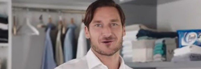 Francesco Totti nuovo testimonial del detersivo Dash, ma sui social scoppia la polemica