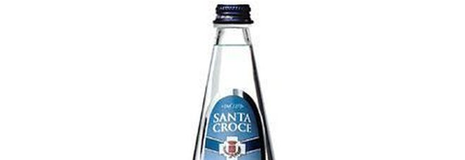 Allarme per l'Acqua Santa Croce, lotti ritirati dai supermercati: «Non bevetela»