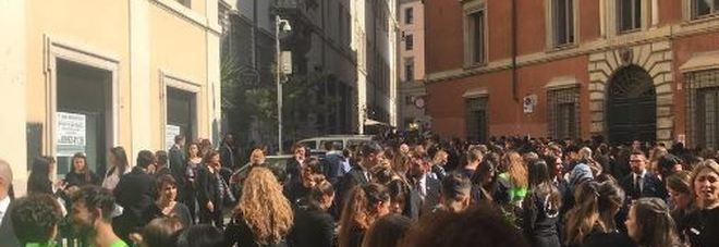 Roma allarme bomba poi rientrato nei negozi rinascente - Allarme bomba porta di roma ...