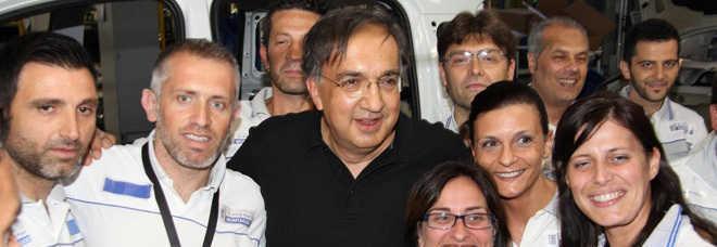 Sergio Marchionne con gli operai dello stabilimento Giambattista Vico a Pomigliano d'Arco