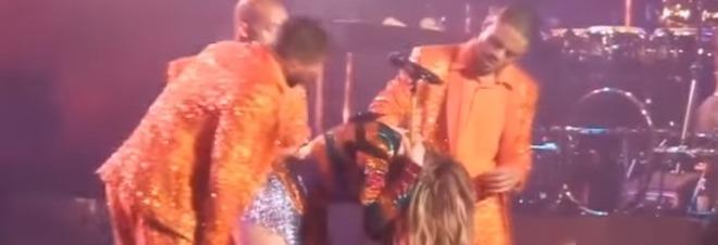 È successo a Las Vegas: la star è riuscita a risollevarsi grazie ai ballerini