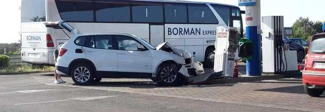 A tutta velocità nell'area di servizio, poi lo schianto: incidente lungo la statale