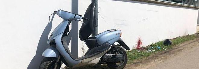 Con lo scooter contro un muro: muore 58enne