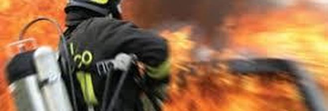 Auto in fiamme, donna muore carbonizzata