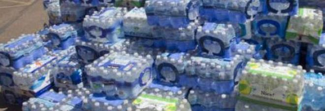 Bottiglie d'acqua esposte al sole, scatta il sequestro: «Potenziale pericolo per la salute»
