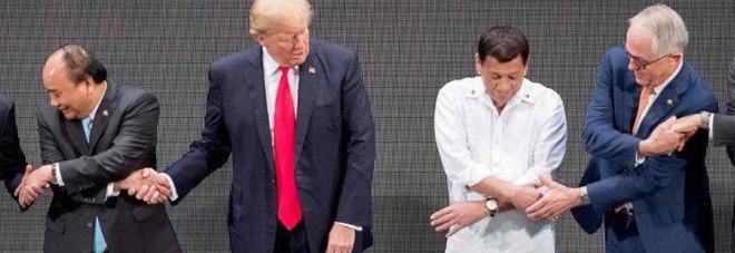 Genio o idiota? La foto di Trump e della stretta di mano (mancata) impazza sul web