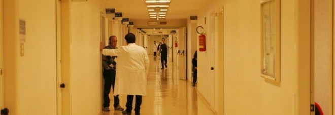 Medico e infermieri aggrediti dai parenti di due minori