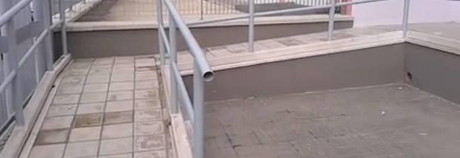 """Lo scivolo per i disabili? Ha una """"barriera architettonica"""" fatta apposta"""