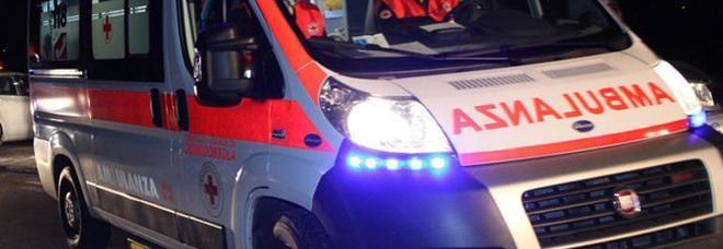 Auto contro moto, poi l'impatto sul guard rail: 19enne muore fra le fiamme