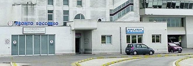 Precipita dal 5° piano su una pensilina: grave donna di 35 anni