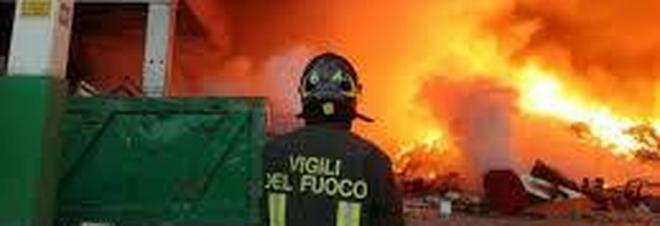Deposito rifiuti in fiamme: allarme nube tossica, scuole chiuse
